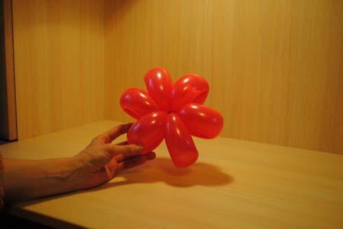Как сделать цветок из воздушных шариков.